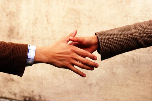 podaná pomocná ruka – nebo také potvrzení uzavření smlouvy