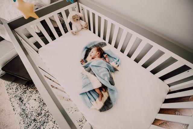 miminko v postýlce