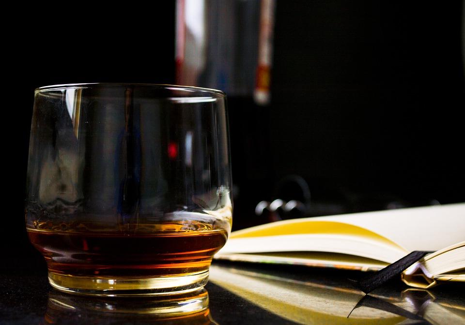 zápisník a whisky
